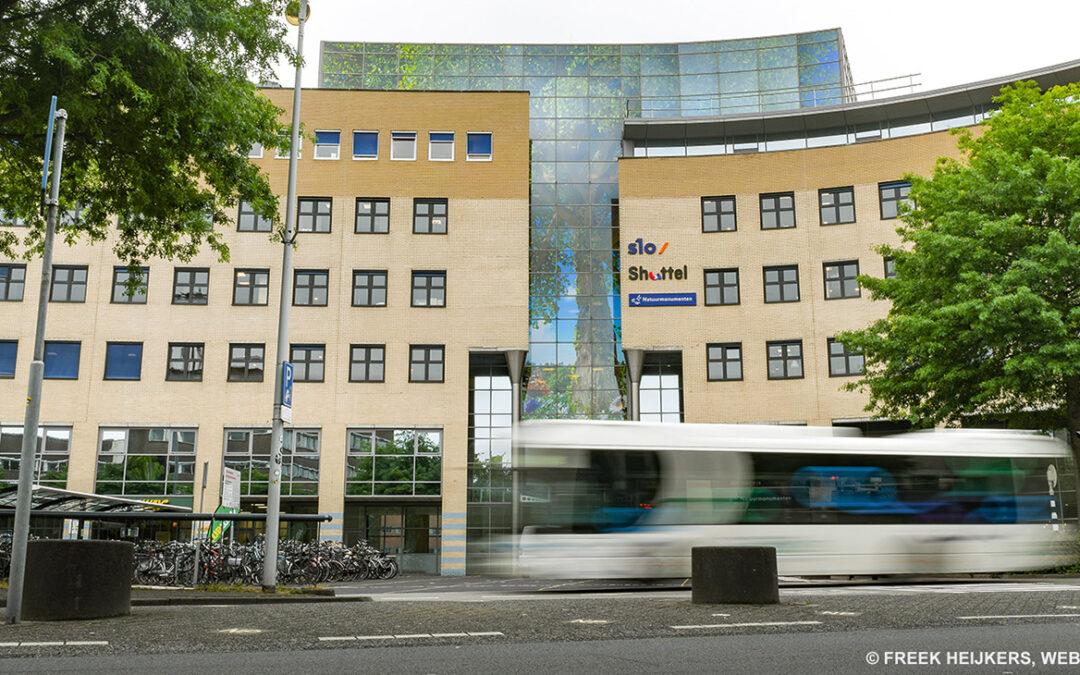 Glasdecoratie van 120 m2 in 114 puzzelstukjesvoor gevel hoofdkantoor Natuurmonumenten